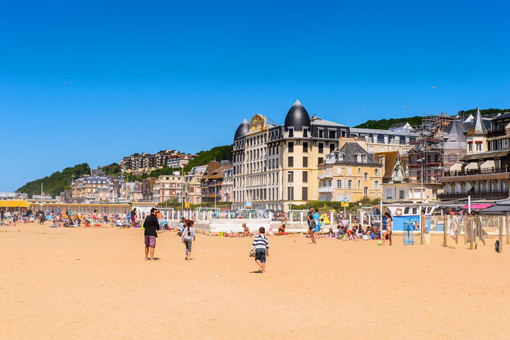 Visitors at the beach on the coast of Trouville © Anton_Ivanov / Shutterstock