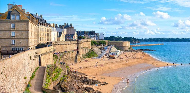 Atlantic beach under the walled city of St-Malo, Brittany © Boris Stroujko / Shutterstock